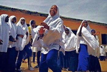नाइजीरिया में कक्षा पूरी होने के बाद अवकाश का लुत्फ़ उठाती स्कूली छात्राएँ.
