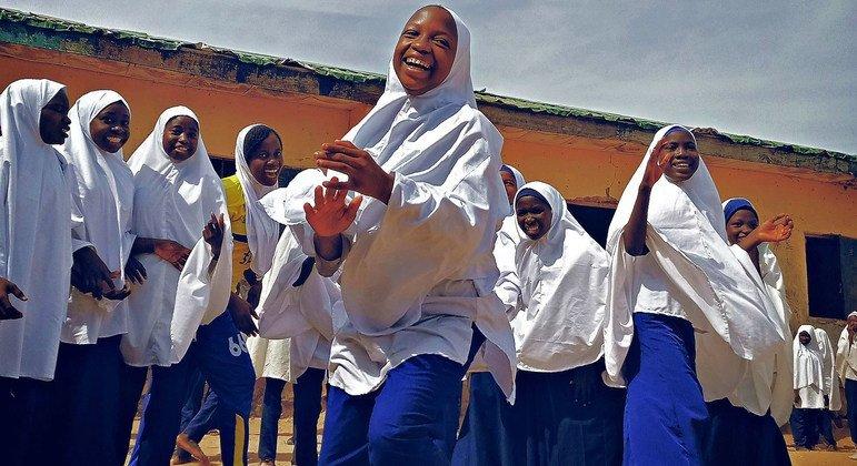 Перемена - к лучшему. Школьницы в Нигерии во время перерыва между уроками
