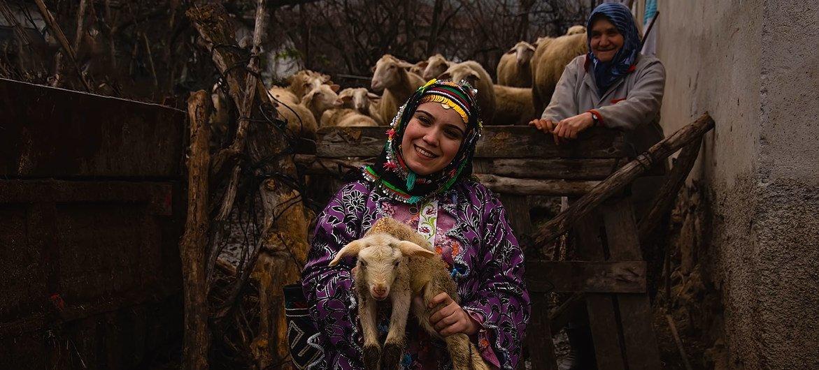 Una mujer con un vestido tradicional en Turquía.