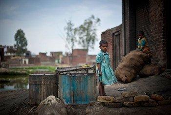 भारत के उत्तर प्रदेश राज्य में बच्चे एक वर्कशॉप के बाहर खेल रहे हैं.