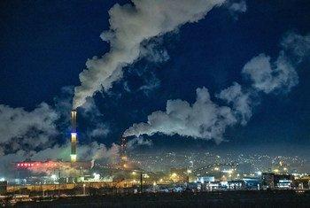 Las emsiones de carbono de las plantas de energía contribuyen al calentamiento del planeta. Ulaanbaatar, Mongolia