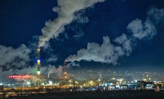 Выбросы угольных электростанций ведут к загрязнению воздуха в Улан-Баторе, Монголия.