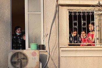 Des enfants palestiniens à la fenêtre de leur maison à Gaza.