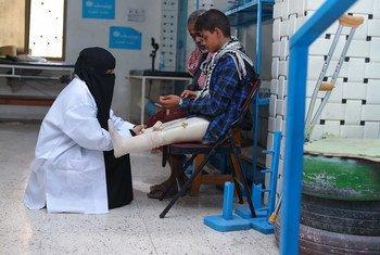 Médico verifica os membros artificiais de um menino em um hospital em Aden, no Iêmen