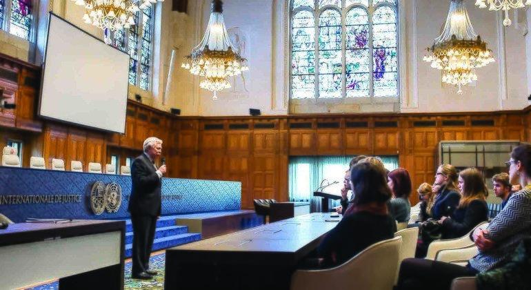 Андрей Поскакухин рассказывает студентам о деятельности Международного Суда ООН.