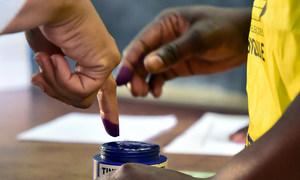 A tinta azul marca os eleitores que participaram da votação e evita fraudes.