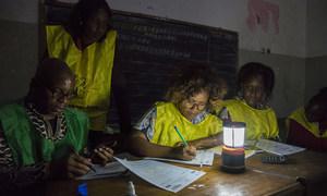 Membros da mesa de voto apuram resultados da eleição em Moçambique.
