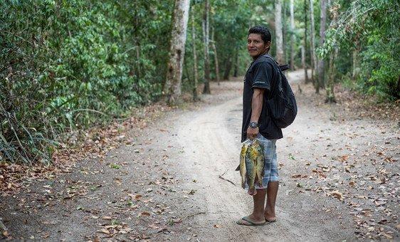 Asaph, como muitos indígenas da região de Rupununi, na Guiana, depende de animais selvagens e peixes para alimentação.