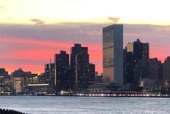 Вид на здание ООН в Нью-Йорке на фоне вечернего неба