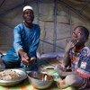 Zore Yusef wakila chakula na mmoja wa watoto wake.Mzozo wa silaha ulilazimisha familia yake kukimbia mkoa wa kaskazini wa Burkina Faso.
