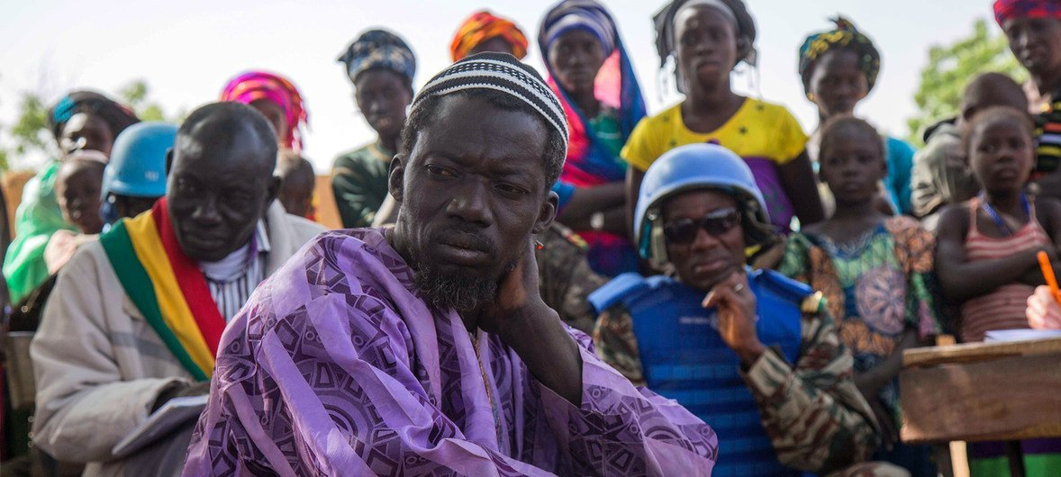 Community members listen as Peacekeepers from the UN mission in Mali, MINUSMA, conduct a justice and reconciliation meeting in the central Mopti region.