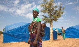 Une mère et son bébé dans la camp de déplacées de Pissila, au Burkina Faso.