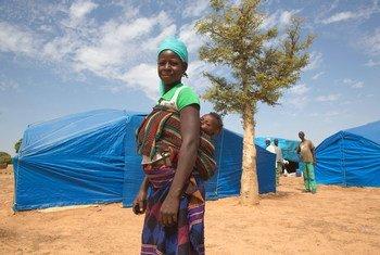一位母亲和她的孩子在布基纳法索北部皮斯拉(Pissila)镇的一处境内流离失所者营地内。