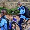 Deux garçons sur le chemin de l'école à Fada, au Burkina Faso.