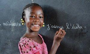 Une jeune fille écrit au tableau dans une école de Fada, dans l'est du Burkina Faso.