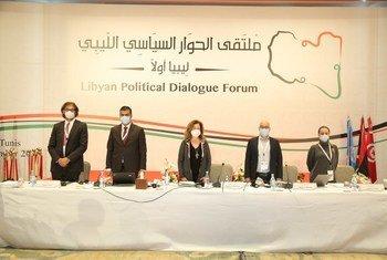 ممثلة الأمين العام في ليبيا بالإنابة، ستيفاني وليامزK خلال الجولة الأولى من ملتقى الحوار السياسي الليبي التي انعقدت في في تونس.