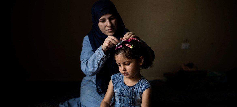 В 2020 году переселили рекордно низкое число беженцев. На фото - мать и дочь из Сирии. Они временно находятся в Ливане и ждут переселения в Норвегию.