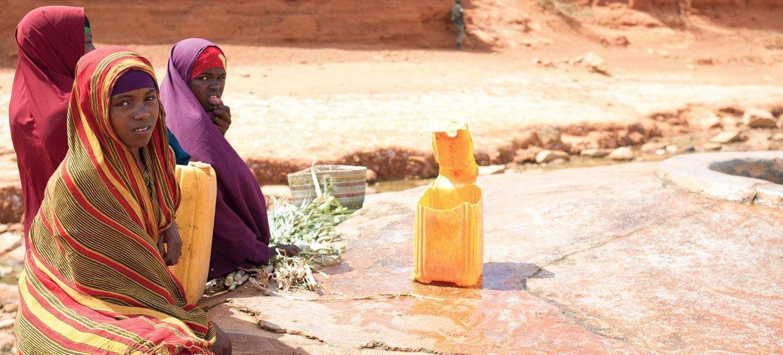 فتيات صغيرات ينتظرن بالقرب من بئر مياه في بلدة غارباهاري المتضررة من الجفاف في جنوب الصومال.