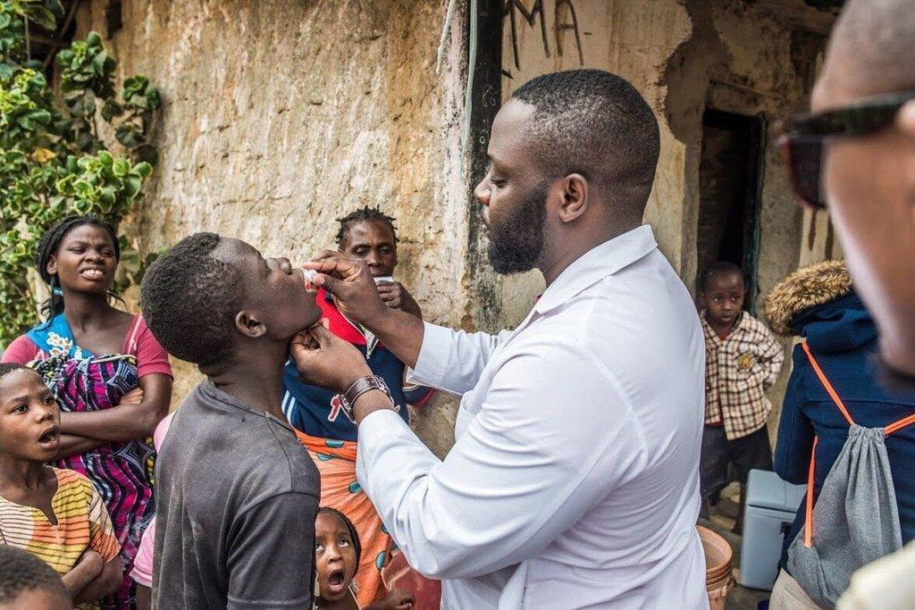 طفل يتلقى التطعيم ضد الكوليرا ضمن حملة واسعة النطاق للوقاية من الوباء