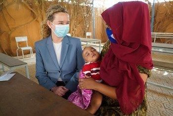 La Directrice de la Division des relations extérieures du HCR, Dominique Hyde, a rendu visite à cette famille érythréenne au centre de transit de l'OIM à Niamey, au Niger.