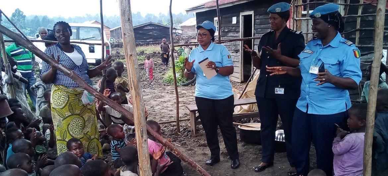 Seynabou Diouf, Commandante de police sénégalaise à UNPOL (au centre) visite un orphelinat à Kibati en République démocratique du Congo.