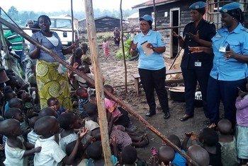 Seynabou Diouf, Commandant de police sénégalaise à UNPOL (au centre) visite un orphelinat à Kibati en RDC