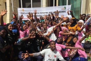 Los jóvenes del grupo senegalés Afriyan defienden el empoderamiento de los adolescentes, tras una reunión con el director regional del UNFPA, Mabingué Ngom Mabingué Ngom.