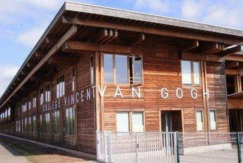 Le Collège Vincent Van Gogh de Blénod-lès-Pont-à-Mousson en Meurthe et Moselle en France a mis en place des politiques pour lutter contre la violence et le harcelement à l'école