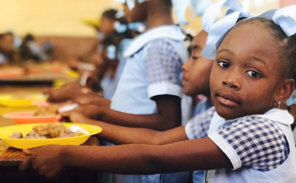 Le PAM a pour objectif de distribuer des repas scolaires à 300 000 enfants chaque jour en Haïti, mais les livraisons de vivres ont dû être temporairement suspendues en raison de l'insécurité.