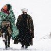أفغانستان، بدخستان، 1990. تسير عائلة من اللاجئين على طريق مغل. أول خطوة في المنفى هي ترك البلاد، وأحيانا تتعرض حياة المرء للخطر.