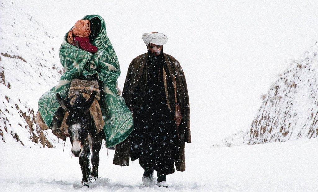 Afghanistan, Badakhshan. 1990. Sur la route de Hafeez-Mughal, une famille de réfugiés. La première mesure que vous prenez en exil est de quitter votre pays, souvent au péril de votre propre vie.