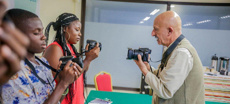 En collaboration avec l'OIM, Reza Deghati a organisé un atelier de formation à la photographie à Abidjan, en Côte-d'Ivoire. Il a partagé son expertise et son enthousiasme avec des migrants de retour dans leur pays, après des périples difficiles à l'étranger.