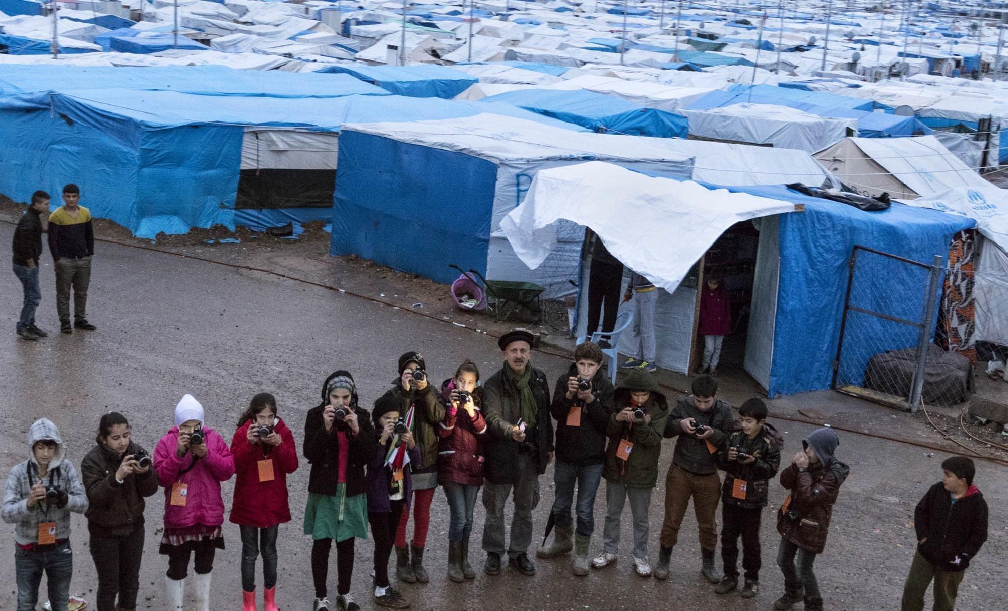 Reza a décidé de lancer une formation pour les enfants réfugiés syriens dans le camp de Kawergosk. Ces enfants sont maintenant devenus les reporters du camp.