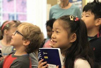 2019年5月,6岁的克洛伊在幼儿园的毕业典礼上。今年,由于2019冠状病毒病大流行,她和同学的一年级升级典礼将只能在网上进行。