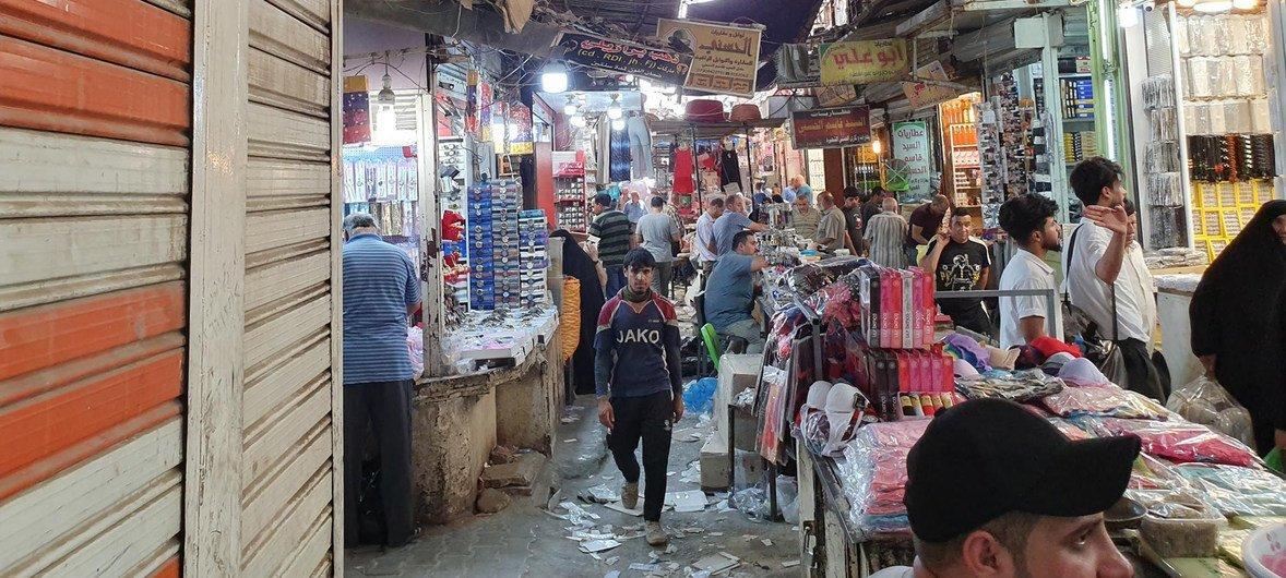 Manifestantes iraquianos protestam contra a falta de empregos e acesso a serviços básicos.