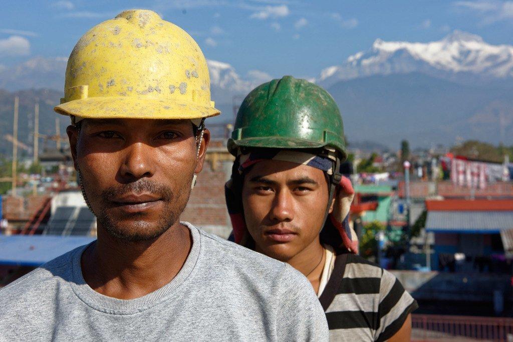 尼泊尔博卡拉一个建筑工地上的两名工人。