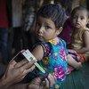 طفل تحقق من إصابته بسوء التغذية في إحدى العيادات التي تدعمها اليونيسف في بنغلاديش.