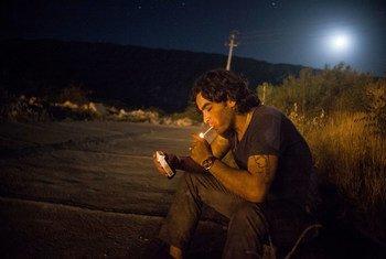 رجل في شقلاوة، بمحافظة إربيل بالعراق، يدخن في انتظار بزوغ الفجر.