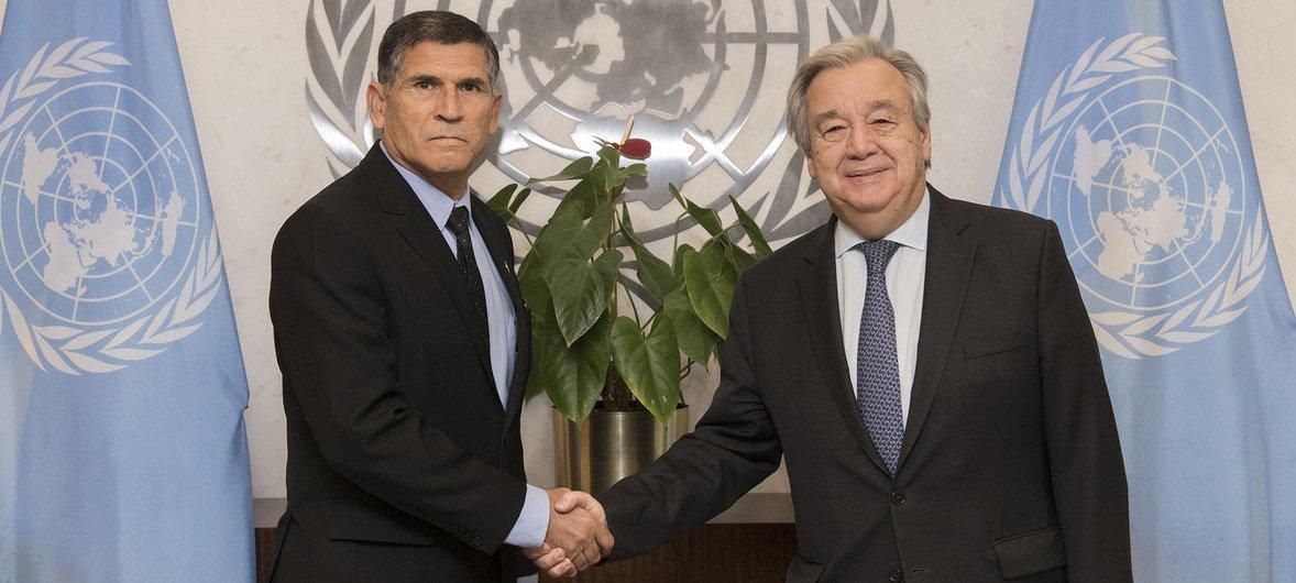 O secretário-geral António Guterres com o general Carlos Alberto dos Santos Cruz.