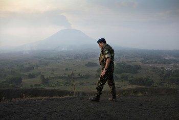 General Santos Cruz durante uma missão de observação com observadores militares no Monte Munigi.