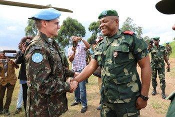 O comandante das forças da Monusco, general Augusto Ferreira Costa Neves, com o comandante da zona de defesa das Fardc, general Sikwabe Fall, em Beni, RD Congo