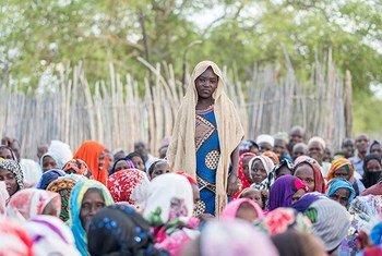 Amaboua participe à une session d'éducation qui aborde les méfaits du mariage des enfants, dans sa communauté au Tchad.