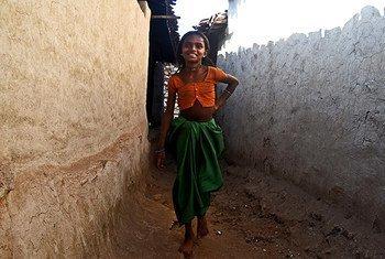 Essa menina não é casada, mas vive em uma comunidade onde o casamento infantil é uma realidade cotidiana.