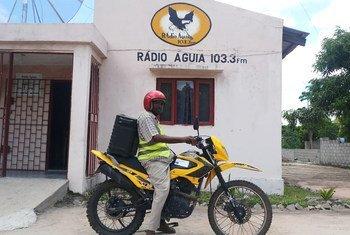 Urbano Gil, da Rádio Comunitária Águia com a moto áudio.