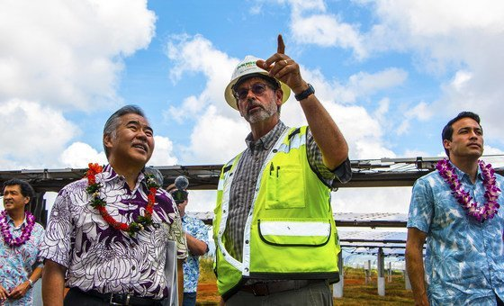 Governor David Ige of Hawaii (left) attends the opening of a solar energy plant on the island of O'ahu.