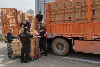 中国深圳的一家医院的工作人员正从卡车上卸下物资。