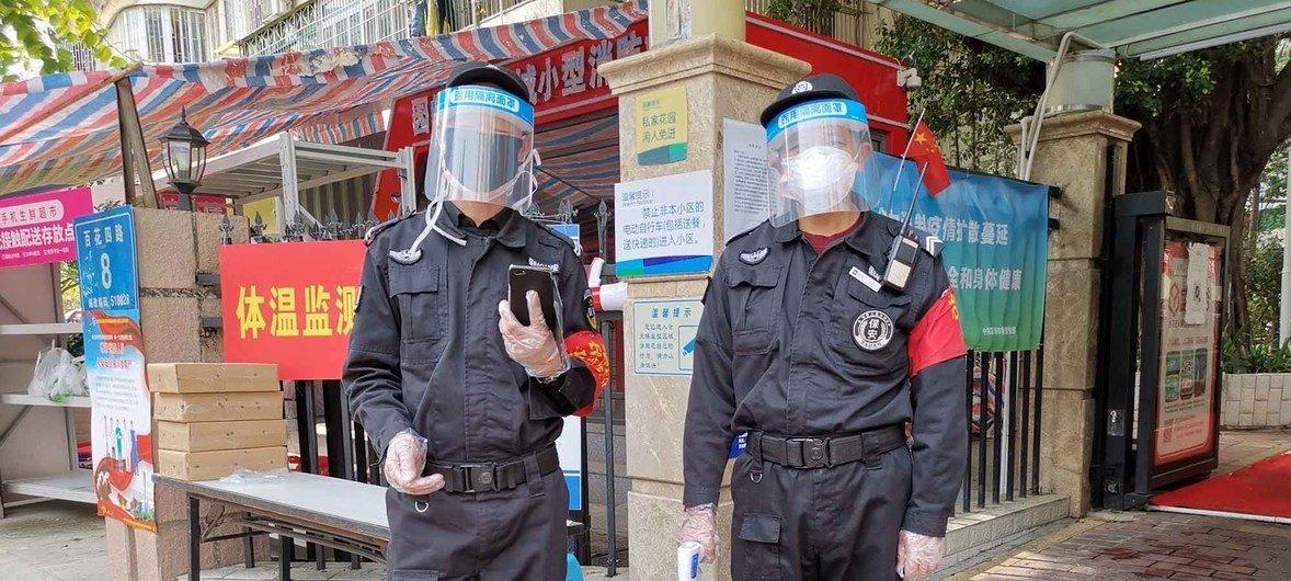 Funcionarios locales en Shenzhen, China, están ayudando a controlar los casos de coronavirus