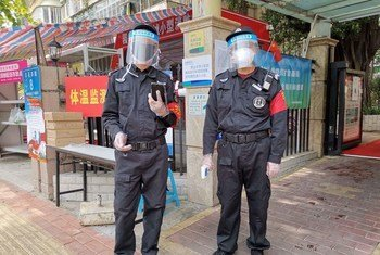 Maafisa huko Shenzhen nchini China wakiwa katika majukumu  yao ya kawaida ya kufuatilia wagonjwa wa virusi vya Corona
