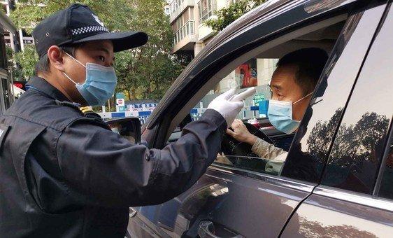 O movimento de pessoas em Shenzhen, na China, está sendo rigorosamente controlado durante o surto de coronavírus.
