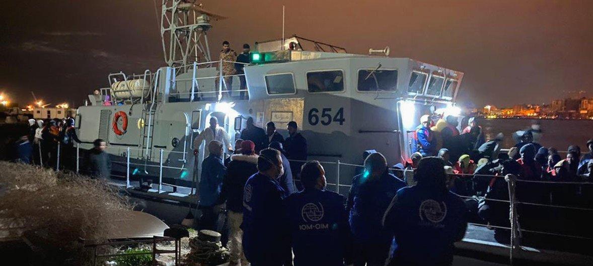 Personal de la OIM ayuda a desembarcar a migrantes en Trípoli, Libia
